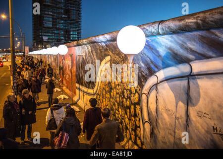 Berlin, Allemagne. 05Th Nov, 2014. Les visiteurs à pied ballon passé se trouve à la East Side Gallery à Berlin, Banque D'Images