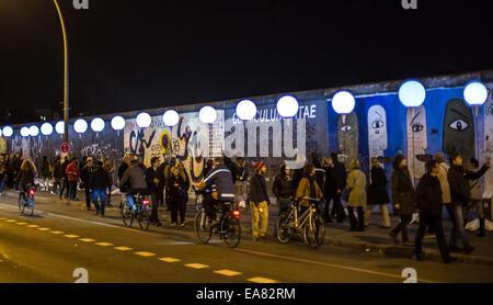 Berlin, Allemagne. 05Th Nov, 2014. Les visiteurs marchent parmi les peuplements de ballon à la East Side Gallery Banque D'Images