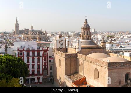 Cityscape vue sur toits vers la cathédrale, Séville, Espagne La Iglesia de la Anunciación en premier plan Banque D'Images