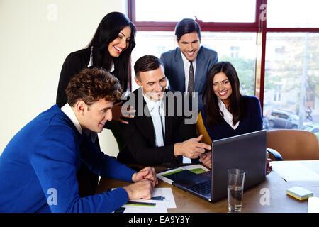 Heureux couple dans l'ensemble de bureau Banque D'Images