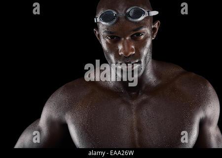 Portrait d'un beau nageur sur un fond noir Banque D'Images