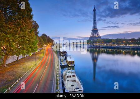 Image de la Tour Eiffel avec le reflet dans la Seine. Banque D'Images