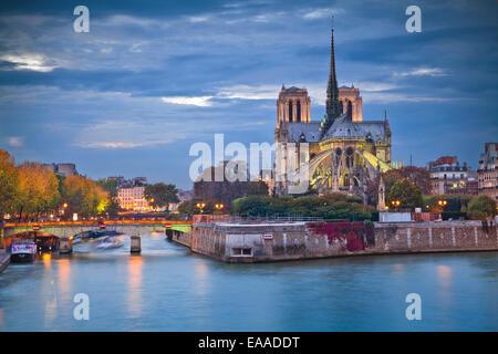 Image de la cathédrale Notre-Dame au crépuscule à Paris, France.