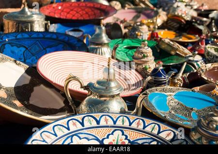 Close up horizontale de cadeaux traditionnels et de l'artisanat en vente sur le bord de la route au Maroc. Banque D'Images