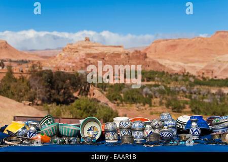 Close up horizontale de l'artisanat marocain traditionnel sur la route avec l'Ait Benhaddou kasbah à l'arrière-plan. Banque D'Images