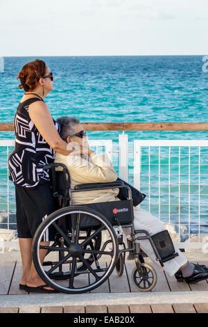 Miami Beach Florida South Pointe Park Pier eau de mer femme adultes hispaniques fille mère senior mobilité Fauteuil Banque D'Images