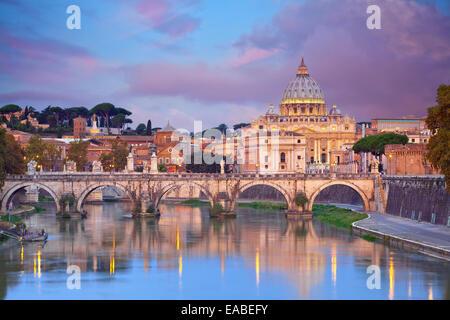 Rome. Vue sur le pont Vittorio Emanuele et la cathédrale Saint-Pierre à Rome, Italie au cours de beau lever de soleil. Banque D'Images