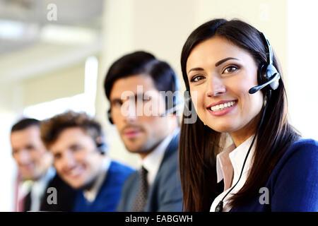 Smiling businesspeople dans un bureau du centre d'appel Banque D'Images