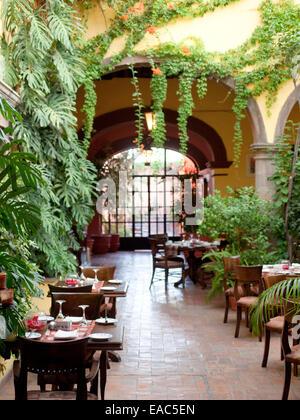 Cour intérieure salle à manger à San Miguel de Allende, Mexique Banque D'Images