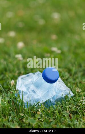 Bouteille d'eau en plastique compressé avec les mains Banque D'Images