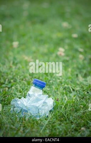 Bouteille d'eau en plastique, comprimé écrasé Banque D'Images