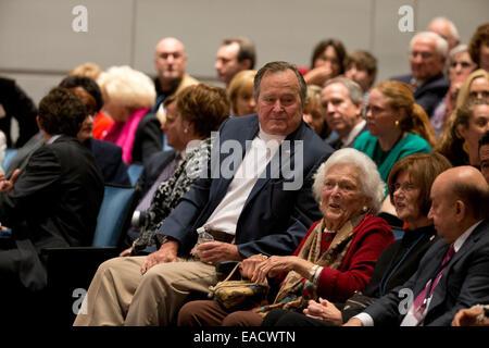 """College Station, Texas, USA. 11 novembre, 2014. L'ancien président américain George H. W. Bush écoute avec son épouse Barbara Bush comme son fils l'ancien président George W. Bush parle de son dernier livre, '41 Un portrait de mon père"""" au cours d'un livre à la bibliothèque de Bush à la Texas A&M University. Credit: Bob Daemmrich/Alamy Live News"""