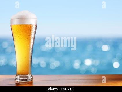 Photo du verre de bière froide sur la table au bar le café en plein air. Banque D'Images