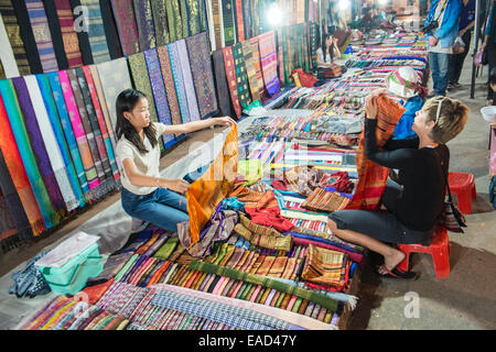Au Marché de nuit de Luang Prabang, Luang Prabang, Laos, Asie du Sud Est, Asie, Banque D'Images