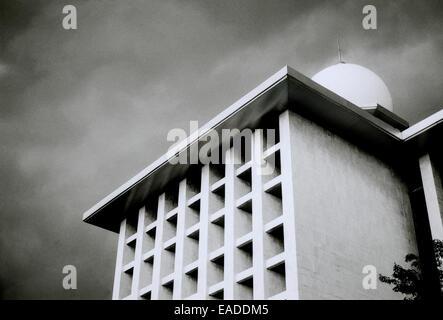 l 39 architecture moderne brutaliste de l 39 istiqlal mosqu e nationale jakarta java en indon sie. Black Bedroom Furniture Sets. Home Design Ideas