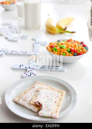 Tartes pop et petit déjeuner sur la table avec des jeux