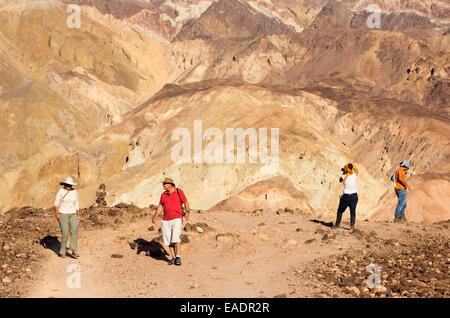 Les roches colorées d'artistes dur dans la vallée de la mort qui est le plus faible, le plus chaud, le plus sec Banque D'Images