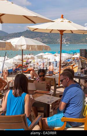 Les touristes dans le restaurant sur la plage de Patong, Phuket, Thailand