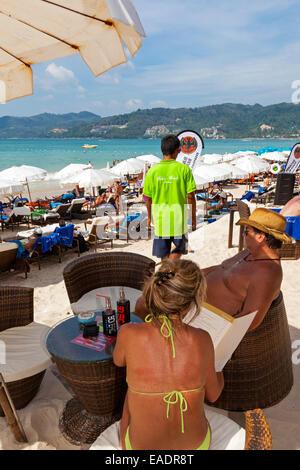 Les touristes dans un bar sur la plage de Patong, Phuket, Thailand