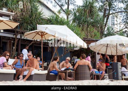 Les touristes au restaurant sur la plage de Patong, Phuket, Thailand