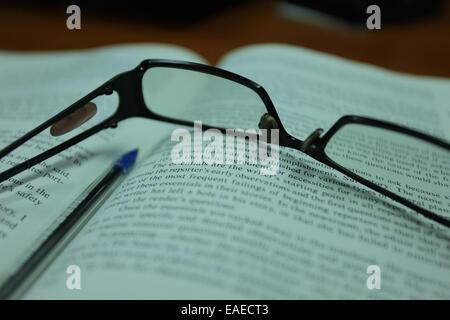 Lunettes de lecture sur un livre ouvert Banque D'Images