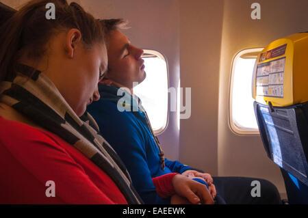 Couple endormi sur des aéronefs dans les bras Banque D'Images