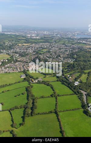 Une vue aérienne à la recherche au cours de la Galles du Sud village de Dinas Powys avec Penarth Cardiff et visible. Banque D'Images