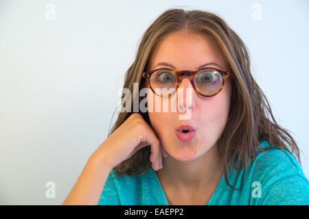 Jeune femme portant des lunettes de vision, regardant la caméra très étonnée. Voir de très près. Banque D'Images