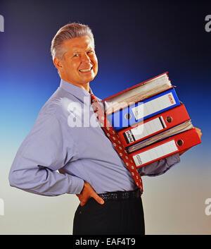 Homme avec des dossiers de fichiers a la douleur dorsale Banque D'Images