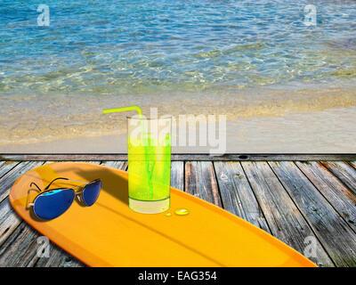 Surf Board on Tropical Island terrasse en bois. Arrière-plan de déplacement. Banque D'Images