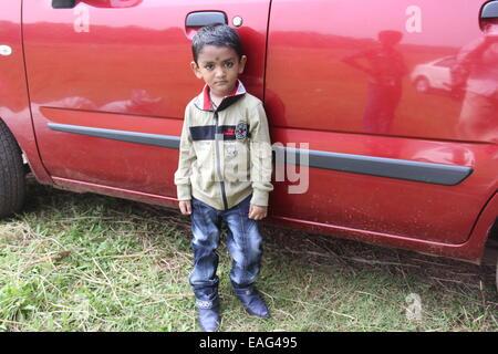 Enfant avec voiture Banque D'Images