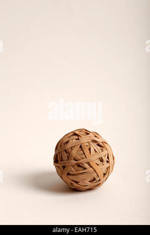 Ball composé de bandes en caoutchouc de couleur fauve Banque D'Images