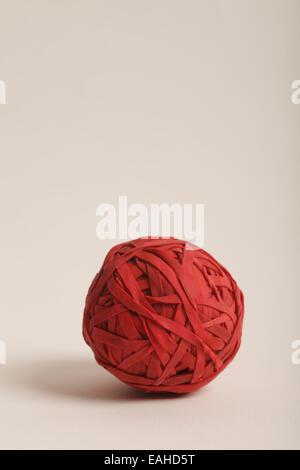 Ball composé de bandes en caoutchouc rouge Banque D'Images