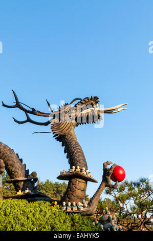 Statue d'un dragon à Haedong Yonggungsa Temple à Busan, Corée du Sud. Banque D'Images