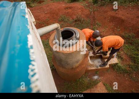 Les élèves se lavent les mains à l'extérieur du bloc toilettes des garçons à l'école primaire en Kaptomologon Bukwo, Banque D'Images