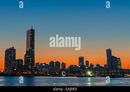 Le soleil se couche derrière les gratte-ciel de Séoul, Corée du Sud. Banque D'Images