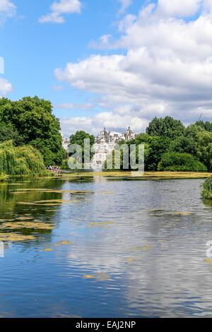 St James's Park, Londres, à l'Est, vers Horse Guards Building, Old War Office et Whitehall Court Banque D'Images
