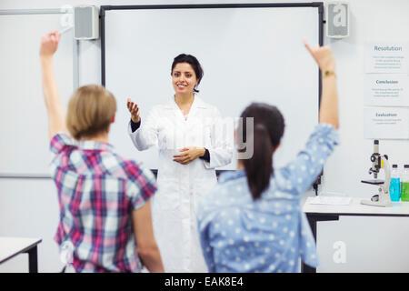 Les élèves avec leur enseignant à l'école lab Banque D'Images