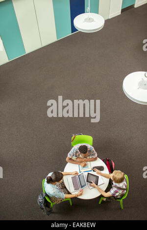 Vue supérieure de l'élève fait ses devoirs, à l'aide d'ordinateur portable et tablette numérique Banque D'Images