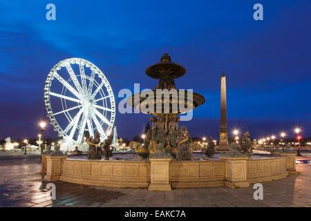 Fontaine sur la Place de la Concorde place en face d'une grande roue et d'un obélisque, Paris, Ile-de-France, France Banque D'Images