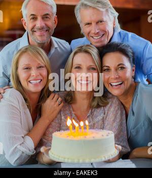 Portrait of smiling mature hommes et femmes avec gâteau d'anniversaire Banque D'Images