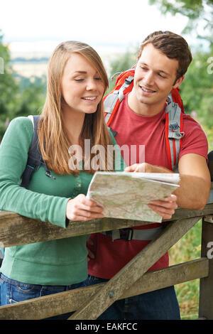 Randonnée à travers le couple à la campagne à la carte Banque D'Images