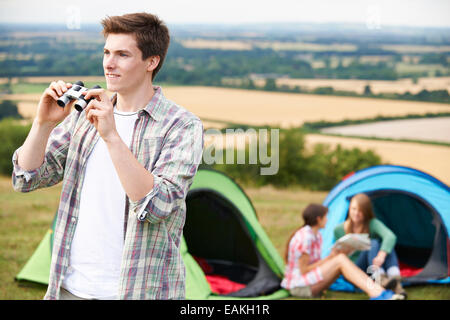 Groupe de jeunes amis Camping In Countryside Banque D'Images