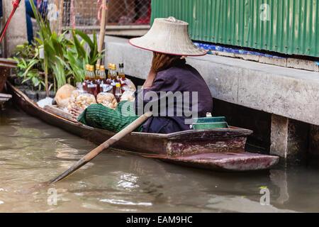 Marché flottant traditionnel dans Damnoen Saduak près de Bangkok, Thaïlande Banque D'Images