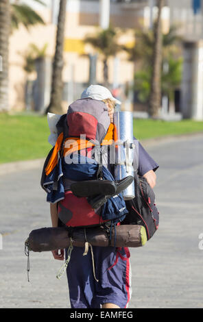 Jeune homme avec un grand sac à dos transportant du matériel de camping en Espagne Banque D'Images