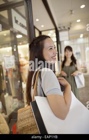 Mère et fille sur un voyage de shopping. Banque D'Images
