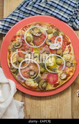 Pizza à croûte mince, délicieux, avec de la mozzarella et de légumes variés. Banque D'Images