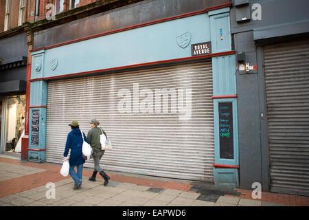 Donegall Place, Belfast, Royaume-Uni 19 novembre 2014. Un pourcentage élevé de postes vacants des établissements Banque D'Images