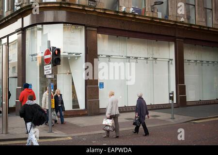 Donegall Place, Belfast, Royaume-Uni 19 novembre 2014. L'intrusion de l'équipement de plein air shop déplacée à Banque D'Images