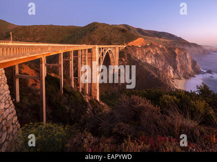 Bixby Bridge Pacific Coast Highway Big Sur en Californie. Bixby Creek Canyon Bridge avec traces légères côtes de Banque D'Images